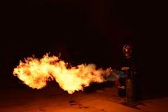 Der brennende Gas Behälter und der Rauch vom Brennen Stellen Sie nach den ausbildenden Feuerwehrmännern dar, proben Sie von den F Lizenzfreies Stockfoto