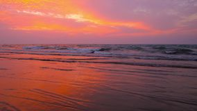 Der brennende Sonnenuntergang, Chaung Tha, Myanmar stock video