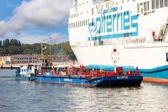 Der Brennstoff barge herein Hafen Lizenzfreie Stockfotografie