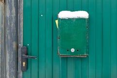 Der Briefkasten ist nahe bei dem Torhaus grün Tore des Hauses mit einem Verschluss stockfoto