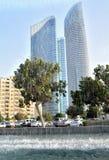 Der Brunnen auf dem Hintergrund von Wolkenkratzern in Abu Dhabi Stockfotos