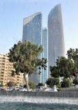 Der Brunnen auf dem Hintergrund von Wolkenkratzern in Abu Dhabi Lizenzfreies Stockbild