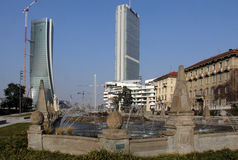Der Brunnen in Giulio Cesare Place und die neuen Wolkenkratzer von CItylife; Mailand, Italien Stockfotografie