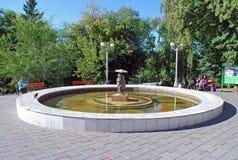 Der Brunnen im Strukovsky-Garten mit der hergestellten Bronzeskulptur des Jungen und des Mädchens unter einem Regenschirm am sonn Stockbild