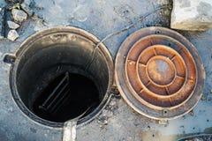 Der Brunnen ist offen Der Deckel ist nahe Stockfoto