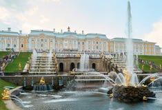 Der Brunnen und der Palast Samson in Peterhof Lizenzfreies Stockbild
