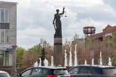 Der Brunnen und die Statue von Themis - die Göttin von Gerechtigkeit nahe dem Gericht des Krasnojarsk-Gebiets, auf Prospekt Mira lizenzfreie stockfotos
