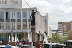Der Brunnen von Themis - die Göttin von Gerechtigkeit auf dem Hintergrund des Gerichtes des Krasnojarsk-Gebiets, auf Prospekt Mir stockbilder