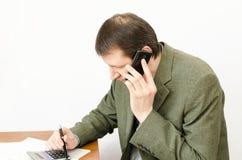 Der Buchhalter, der im Büro mit Dokumenten arbeitet Lizenzfreie Stockbilder