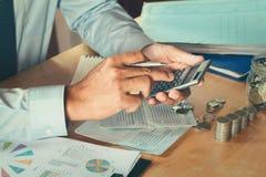 Der Buchhalter, der Taschenrechner verwendet, berechnen Budget für die Rettung Stockbilder