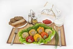 Der bulgarische Pfeffer, der mit Fleisch mit Kräutern angefüllt wird, sauce und Sauerrahm Eine feine Mahlzeit für das Mittagessen stockfoto