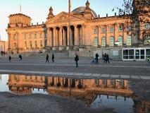Der Bundestag spiegeln wider stockfoto