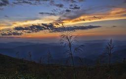 Der bunte Abendhimmel in den Bergen stockfotografie