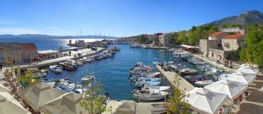 Der bunte Bol-Jachthafen an einem hellen Herbstnachmittag stockbild