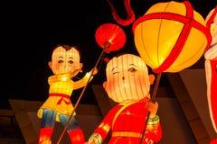 Der bunte chinesische Junge und das Mädchen in der Nachtzeit Lizenzfreies Stockbild