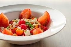 Der bunte Erbstück-Tomaten-Grieche-Salat Lizenzfreie Stockfotografie