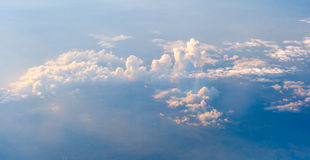 Der bunte Himmel über den Wolken Lizenzfreies Stockbild