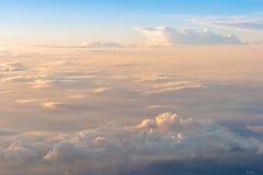 Der bunte Himmel über den Wolken Lizenzfreie Stockfotografie