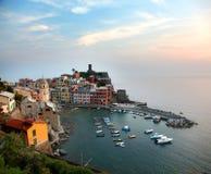 Der bunte Vernazza-Hafen in Cinque Terre bei Sonnenuntergang lizenzfreie stockfotografie