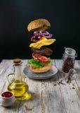 Der Burger ` s Auftritt ist unterschiedlich Archivierung auf einem weißen hölzernen Hintergrund lizenzfreies stockbild