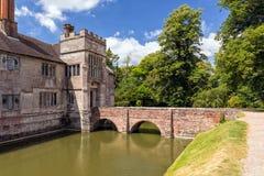 Der Burggraben und die Brücke, Baddesley Clinton Manor House, Warwickshire Stockfotos