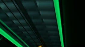 Der Bus, der dem Tunnel Ansicht von unten verlässt, sieht wie abstrakte Kunst aus stock video footage