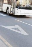 Der Bus, der auf zugeteilten Streifen geht Stockfoto