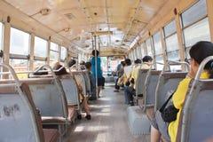 Der Bus und der Fluggast Stockfotografie