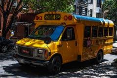 Der Bus wartet auf Studenten Lizenzfreie Stockfotos