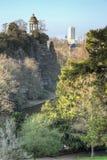 Der Buttes Chaumont -Park mit Sybille Temple stockfotos