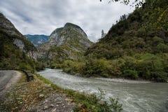 Der Bzyb-Gebirgsfluss in Abchasien Lizenzfreies Stockfoto