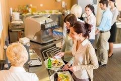 An der Cafeteriafrauen-Lohnliste Stockbilder