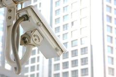 Der cctv funktioniert in der Stadt, die Verkehr und Leute sucht lizenzfreie stockfotos
