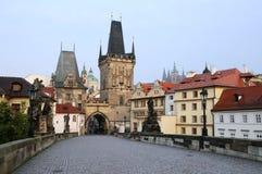 An der Charles-Brücke in Prag Lizenzfreie Stockfotos