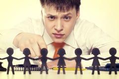 Der Chef betrachtet eine Gruppe von Personen Stockbild