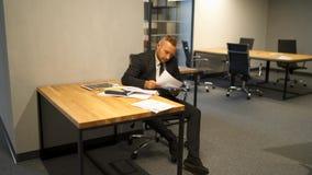 Der Chef, der mit dosuments, sein Sekretär arbeitet, holen ihm Doc. stock video