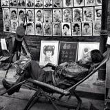 Der Chef schläft auf dem Stuhl und vor seinen Kunsthandwerksmalereien Lizenzfreie Stockbilder