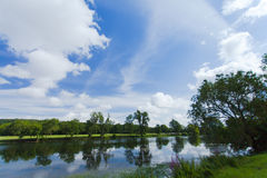Der Cher-Fluss in der Landschaft im Sommer Stockbild