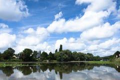 Der Cher-Fluss in der Landschaft im Sommer Lizenzfreies Stockbild