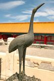 Der chinesische Bronzekran ist ein Symbol der Langlebigkeit in der Verbotenen Stadt Peking, China stockbilder