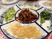 Der chinesische Spezialitätennordimbiß wird Frühlingskuchen genannt lizenzfreie stockbilder