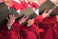 Der Chor der Männer, der in einer Kathedrale durchführt stockbilder
