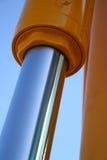 Der chromeplated Kolben der Hydraulikanlage eines Baggers Stockbild