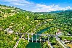 Der Cize-Bolozonviadukt über dem Ain Fluss in Frankreich stockfotografie