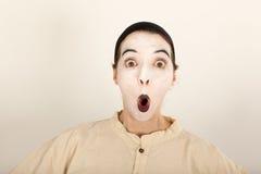 Der Clown steht vor einer Kamera und macht ein Gesicht Lizenzfreie Stockfotografie