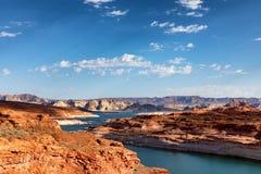Der Colorado mit See Powell in Arizona während der Sommersaison stockfotos