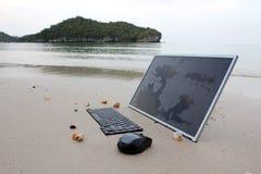 Der Computer auf dem Strand stockfoto
