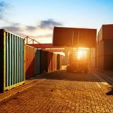 Der Containerbahnhof an der Dämmerung stockbild