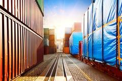 Der Containerbahnhof an der Dämmerung stockfotografie