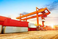 Der Containerbahnhof an der Dämmerung lizenzfreies stockfoto